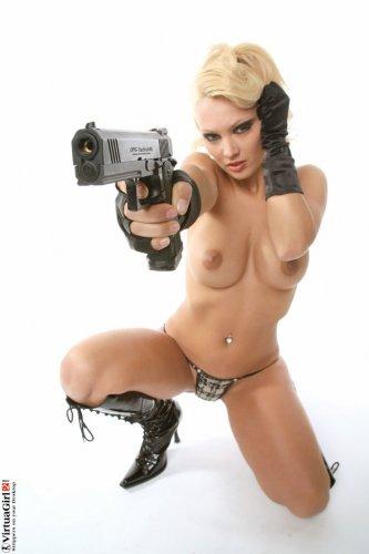 Karina держит тебя на прицеле
