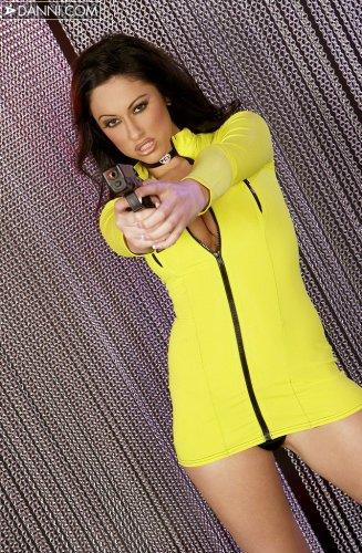 Cassia Riley в жёлтом мини платье