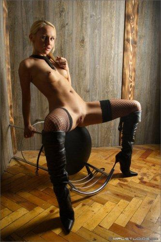 Похотливая госпожа в чёрных сетчатых чулках с идеальной бритой киской