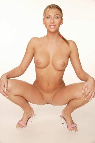 Желанная красавица Denisa с сексуальным телом снимает эротическое нижнее бельё