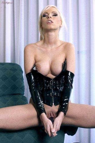 Блондинка-госпожа в чёрном латексе