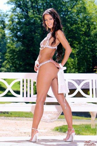 Няшка Melisa Mendiny на эротических фото жарким летним днём