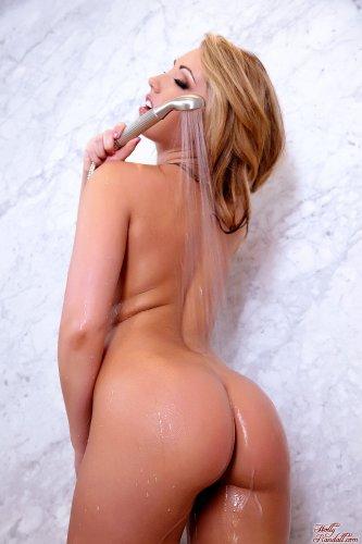 Сексопильная Sarah Peachez демонстрирует мокрое голое тело в душе на фото