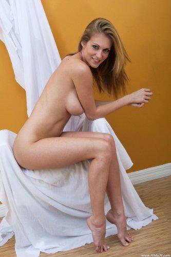 Сексуальная женщина Mell с красивыми сиськами пришла на эротический кастинг