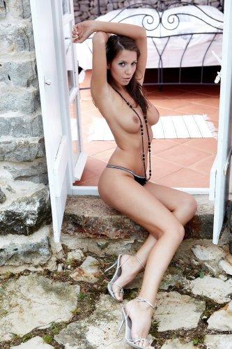 Жгучая модель Lizzie с отличной грудью полностью оголилась на фото