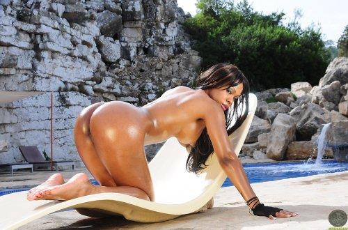 Claudia возле бассейна