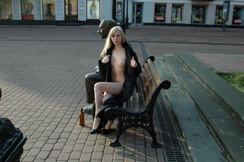 Прогулка блондинки Юли голышом по улицам Нижнего Новгорода