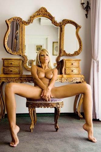 Возбуждённая голая блондинка Clara с шикарным телом на эротических фото