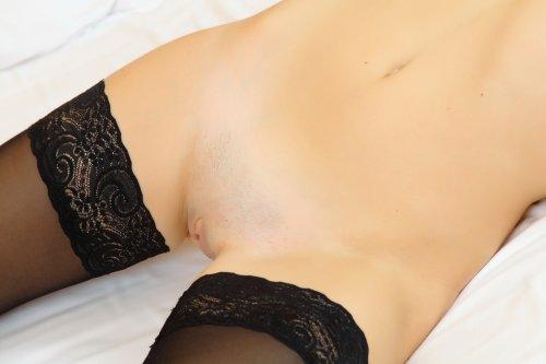 Denisa B. позирует на белоснежной кровати