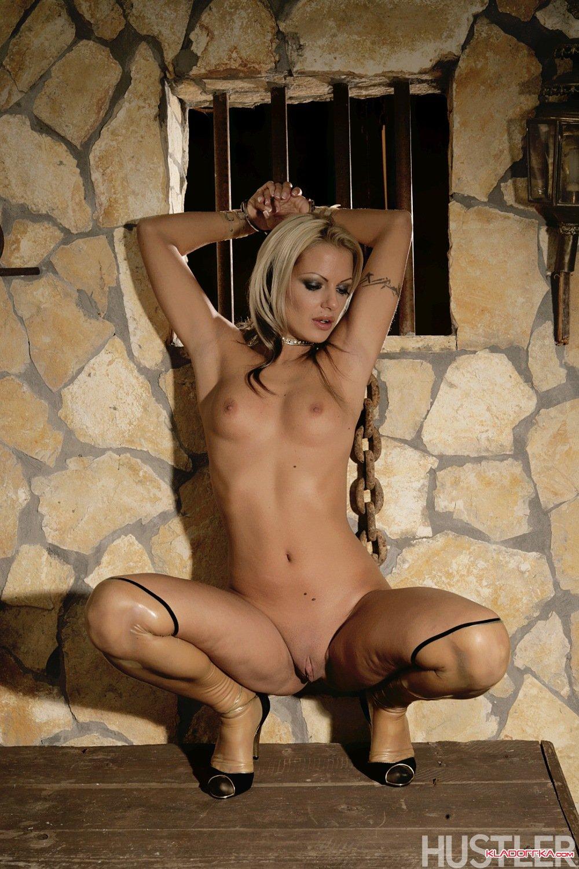 девушки голые за решеткой видео