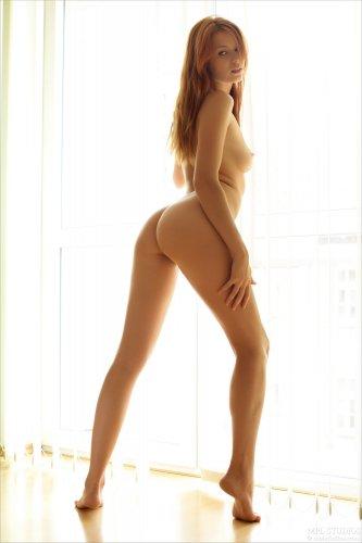 Красавица Kami позирует обнажённой у большого окна