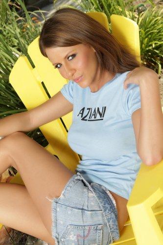 Lexi Stone на жёлтом стуле