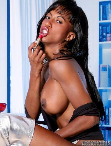 Tyra Lex балуется с косметикой