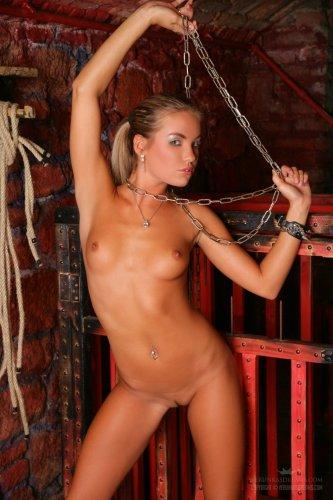 Veronika Fasterova с цепями