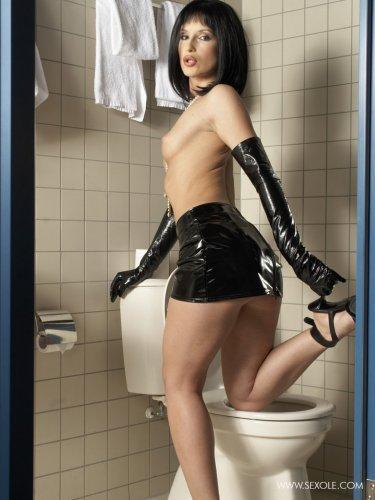 Заигралась в туалете