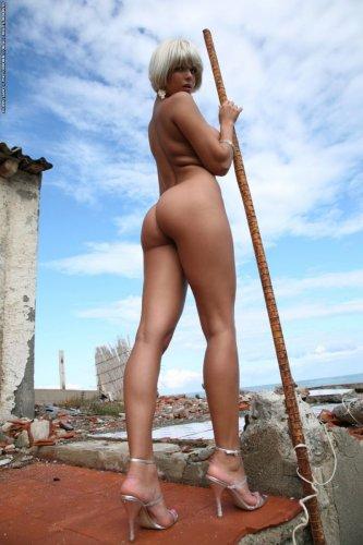 Голая Sasha Cane в парике и накаченными сиськами на эротических фото