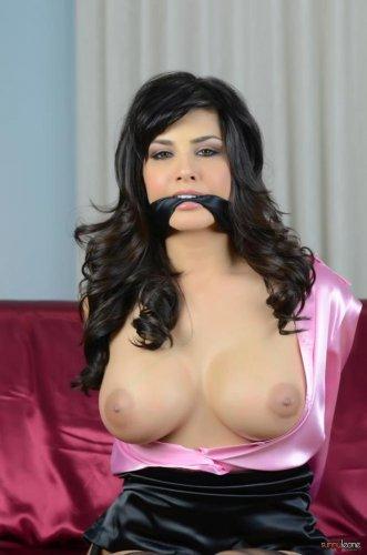 Связанная Sunny Leone