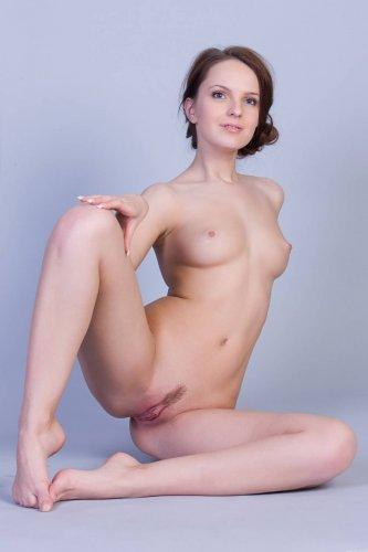 Хорошенькая молодуха Dominika A разделась и сексуально позирует в студии