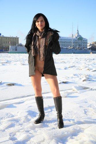 Виктория раздевается на снегу