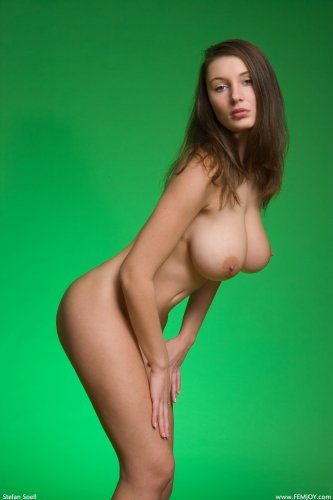 Стройная деваха Ashley показала большие титьки в студии на зелёном фоне
