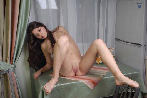 Частная эротическая фотосесия русской девки на кухне без одежды