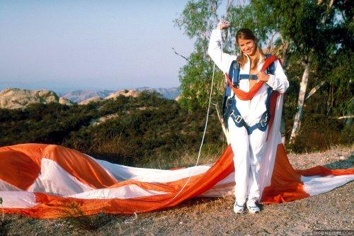 Красотка Paulina возбудилась от прыжка на парашюте и разделась догола