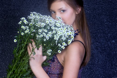 Ирина с букетом ромашек