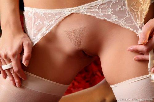 Сексуальная блондиночка Jana D с красивым телом позирует в чулках