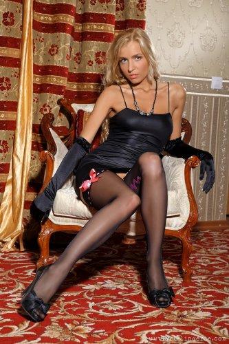 Горячая блондинка Кира в эротическом наряде позирует на кастинге
