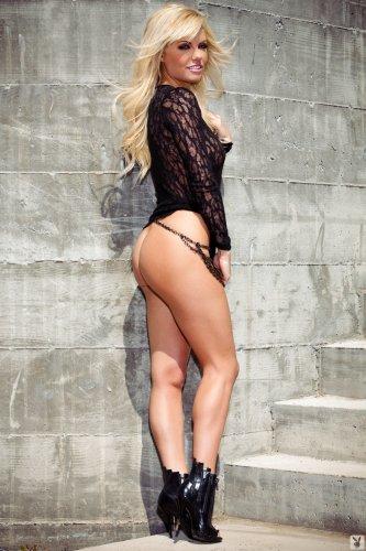 Гламурная блондинка Addison Miller без трусов фоткается для журнала Playboy