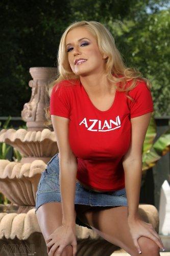 Mariah Madysinn в красной майке