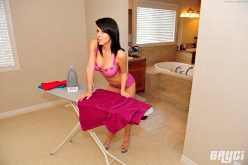 Горячая штучка Bryci гладит бельё