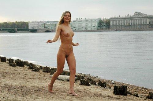Голая Ольга гуляет по Санкт-Петербугру