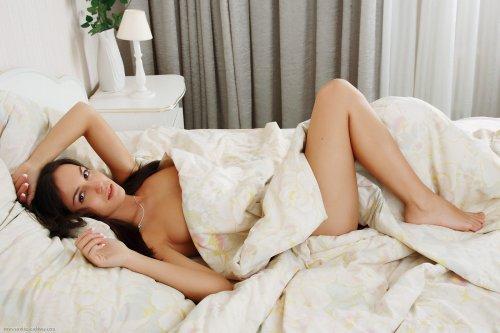 Стройная Оксана снимает трусики в постели и показывает гладкую бритую писю