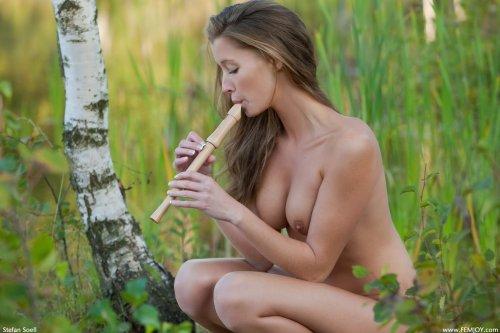 Irena раздевается в лесу