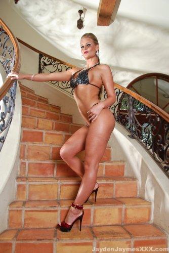 Phoenix Marie на лестнице