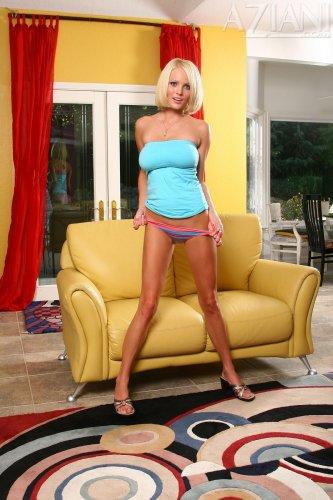 Hanna Hilton на жёлтом диване