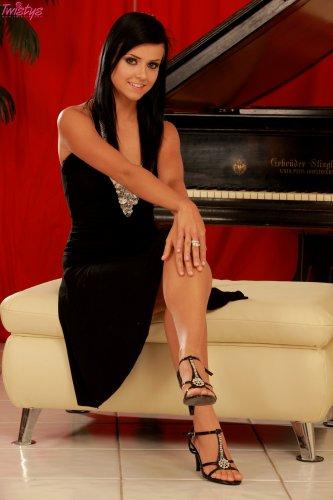 Laetittia у рояля