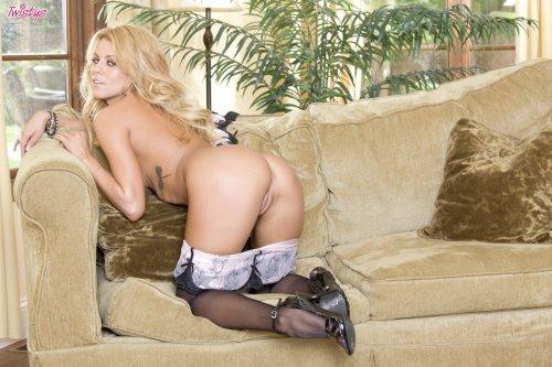 Восхитительная блондинка Nicole Graves с красивой силиконовой грудью в чулках
