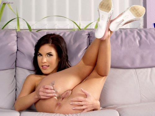 Nelli Hunter шалит одна на диване