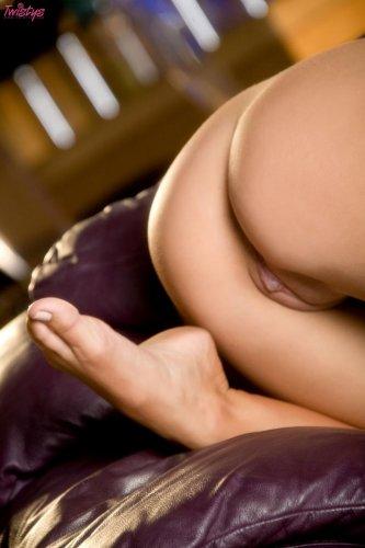 Раздетая фотомодель Jayden Cole снимает синие трусики для эротических фото