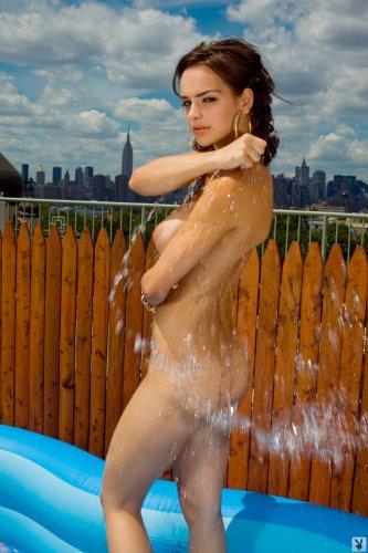 Kristen Pyles в надувном бассейне