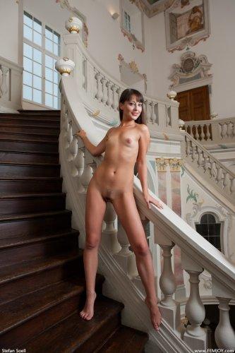 Похотливая домработница Lorena устроила эротику на лестнице в большом замке