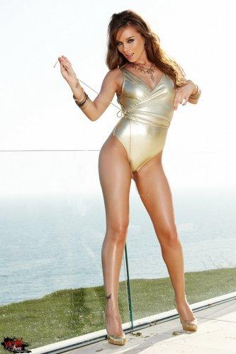 Capri Anderson в золотистом наряде