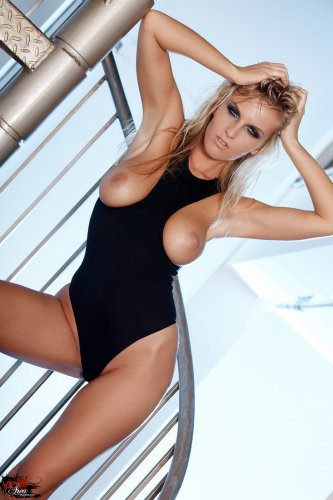 Горячая фотомодель Chikita сексуально нагибается на винтовой лестнице