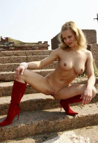 Маша на лестнице