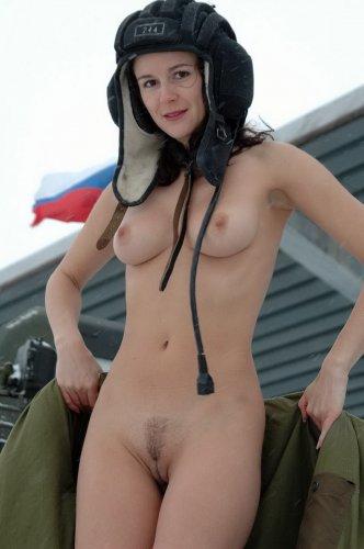 Карина на танке изучает военное дело