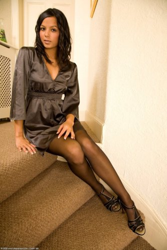 Sasha Cane отдыхает на лестнице