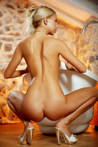 Lea Tyron в солнечной ванной