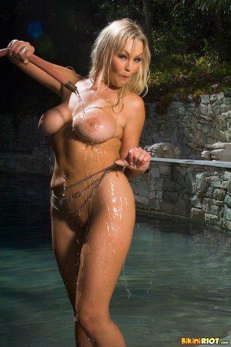 Abbey Brooks играется у бассейна
